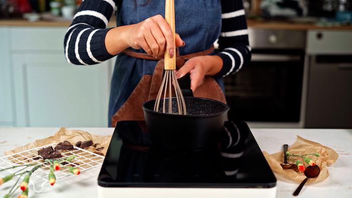 remuer bien idée mélange recette churro à préparer au feu dans une casserole