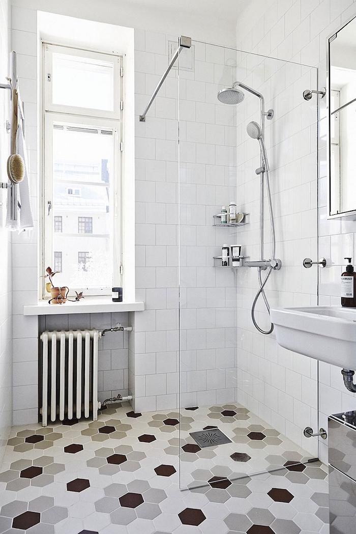 salle de bain à la scandinave avec déco simple vintage avec murs carrelage blanc et douche italienne sur sol carrelé décoré