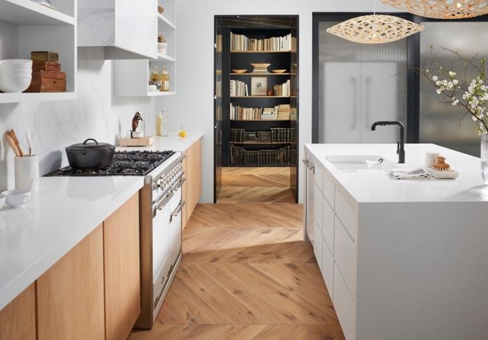 déco de cuisine blanc et bois avec plaque de cuisson en noir, astuce rangement mural avec meuble effet marbre, crédence de cuisine marbre