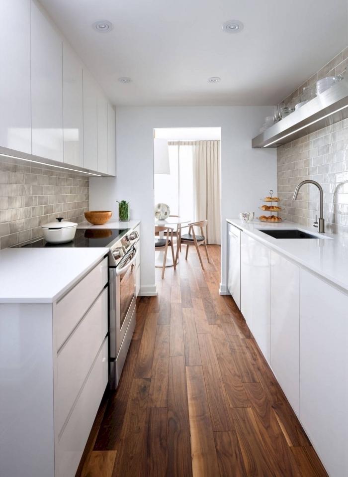 agencement cuisine, idée crédence moderne à design carreaux gris clair, modèle de cuisine blanche en parallèle