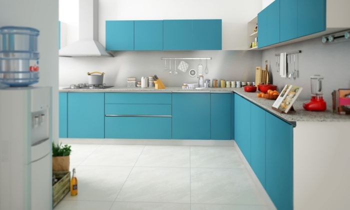 déco de cuisine blanche avec meuble en couleur, exemple de cuisine spacieuse en L, meubles cuisine en bleu