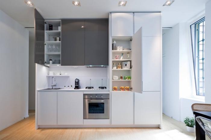 déco de petite cuisine en blanc et gris avec plancher en bois clair, idée agencement cuisine ouverte en longueur