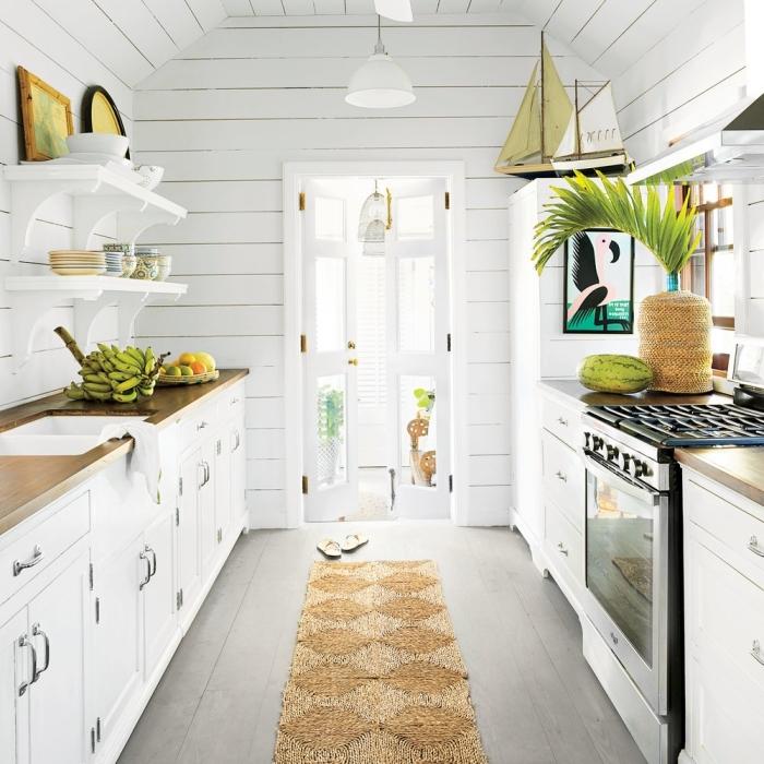 déco de cuisine blanche avec accents en matériaux naturels bois et plantes vertes, photo cuisine cozy et exotique