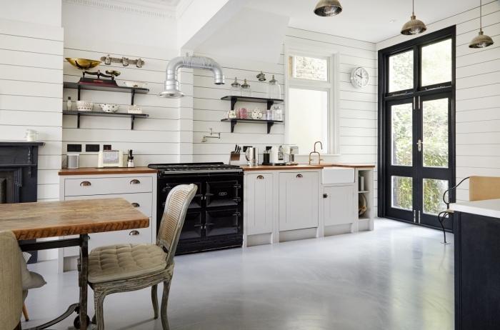 cuisine de style rétro chic avec accents industriels, idée lambris mural en bois blanc, astuce rangement mural avec étagère noire