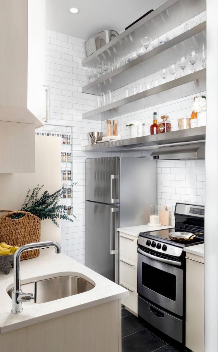 comment creer sa cuisine fonctionnelle dans espace limité, meuble rangement vertical, revêtement mural de cuisine carreaux briques blanches