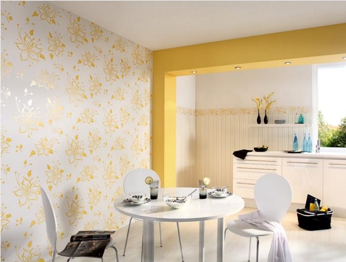déco de cuisine aménagée en style moderne avec peinture jaune et papier peint tendance fleurs dorées, déco cuisine avec coin de repas