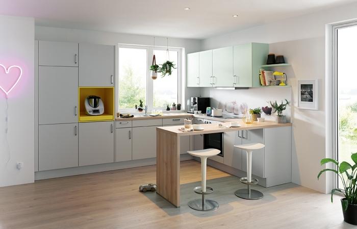 comment décorer une petite cuisine blanche avec accents coloris, exemple petite cuisine avec îlot bar en bois