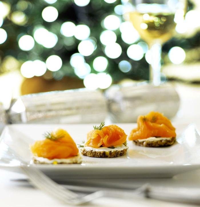 repas gourmand à petites bouchées, amuse bouche rapide pour apéro, saumon fumé, fromage de chèvre, verre à vin