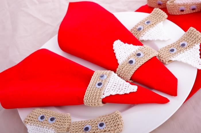 déco table de noel amusante, activité manuelle maternelle pour noel, pliage de serviette en tissu à design père noel
