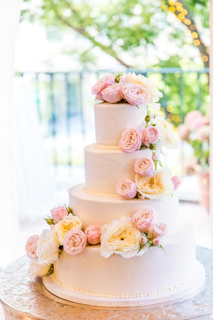 Les plus beaux gateaux, idée gateau anniversaire simple et beau, photo gateau 4 etages couvertes de roses et creme de beurre