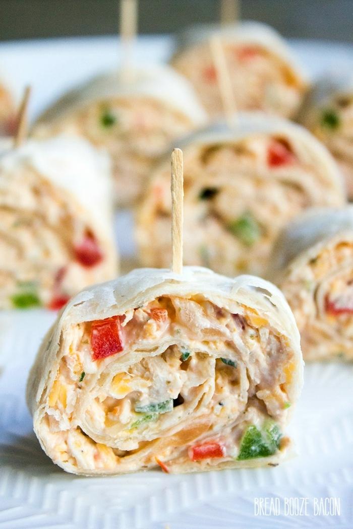 rouleau mexicain en bouchées, brochettes de noel festives, mélange d'ingrédients salés
