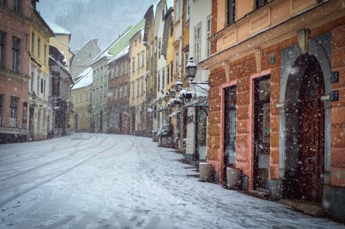 idée fond d écran gratuit pour ordinateur, photo hiver dans une ville aux rues enneigées, magnifique photo vieille ville