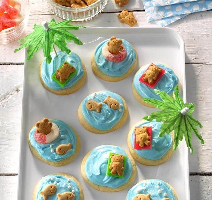 biscuits bord de mer avec glaçage bleu imitation eau de mer et figurines animaux, fete enfant anniversaire originale