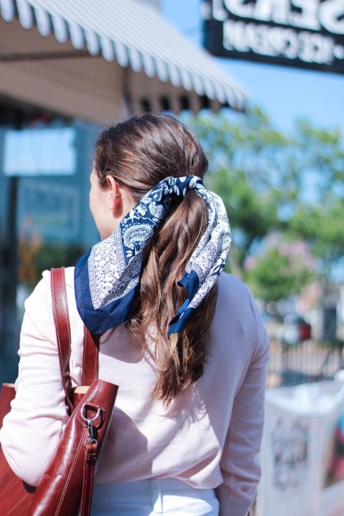modèle de foulard cheveux femme en bleu marine et blanc, idée coiffure facile aux cheveux attachés en queue de cheval