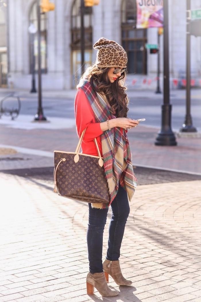 accessoires mode femme, idée comment mettre une echarpe longue autour du cou, modèle bonnet femme aux motifs tigre