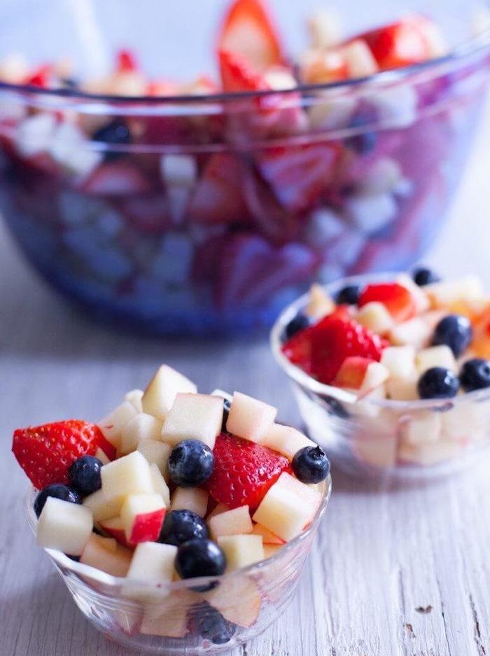 coupelle aux fruits, fraises, myrtilles et pomme, salade aux fruits simples pour le menu enfant d anniversaire