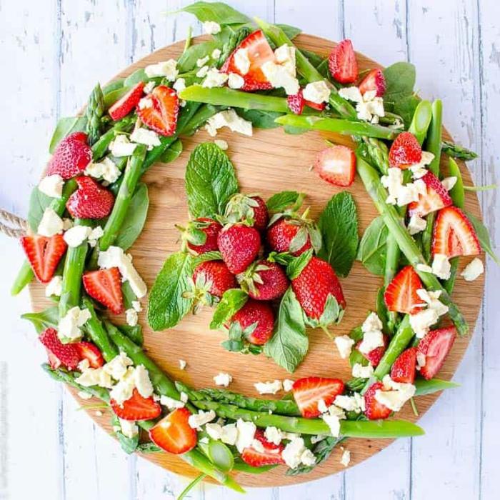 salade de noel, couronne de fruits et de légumes frais avec fromage de chèvre, fraises, feuilles de menthe