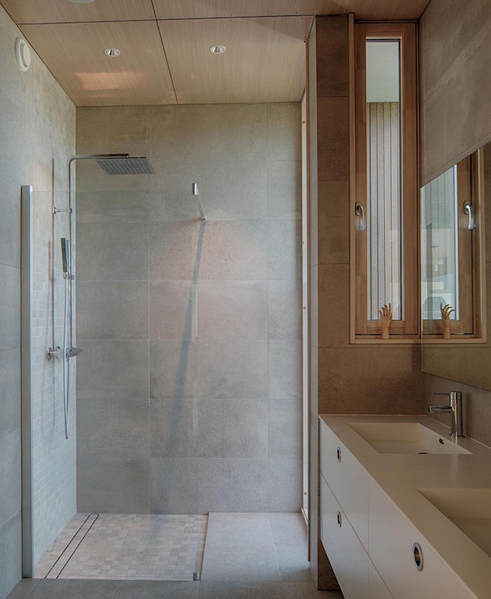sdb en carrelage gris béton ciré avec douche à l italienne et meuble lavabo blanc carré design style suédois