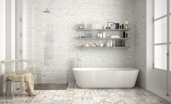 salle de bain scandinave blanche avec mur en briques blanches carrelage décoré baignoire ovale et douche italienne
