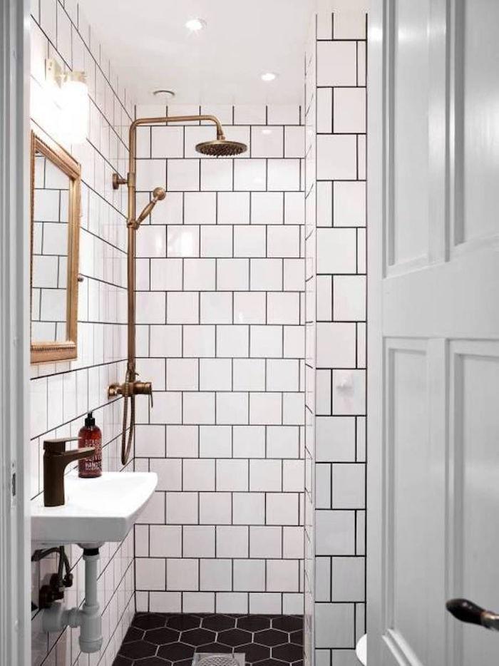 petite salle de bain avec douche à l italienne carrelée en blanc style scandinave avec robinetterie dorée et sol en carrelage noir