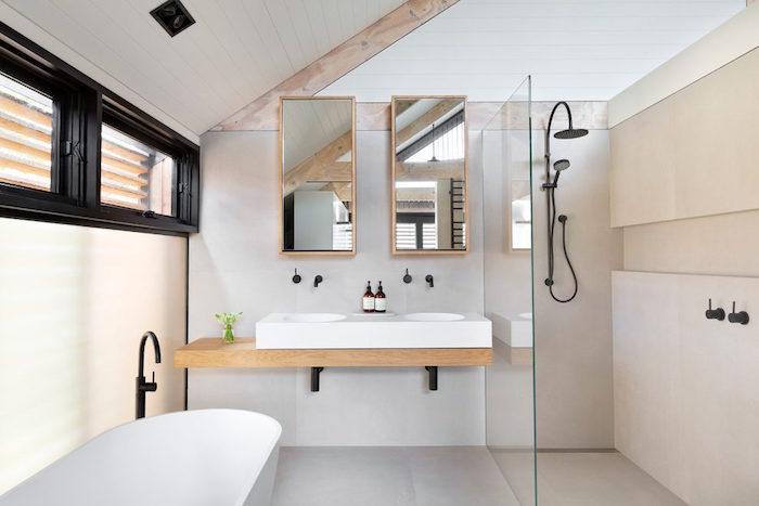 aménagement petite salle de bain mansardée sous les toits avec deco design minimaliste scandinave avec bois et murs blancs