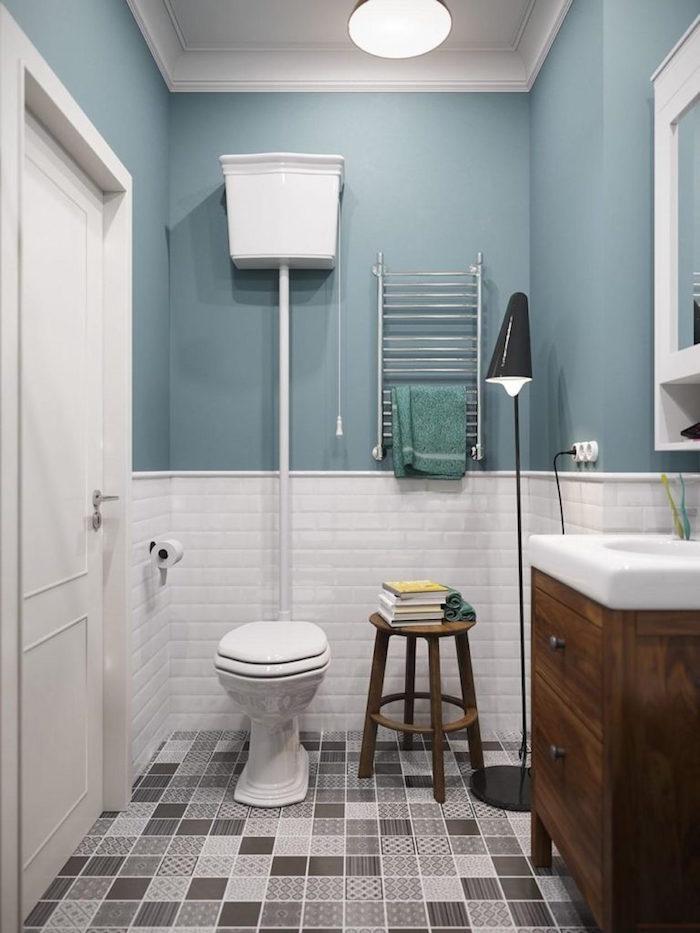 aménagement de salle de bain petit espace avec wc sol carrelé gris et mur en carrelage blanc et meuble lavabo en bois foncé