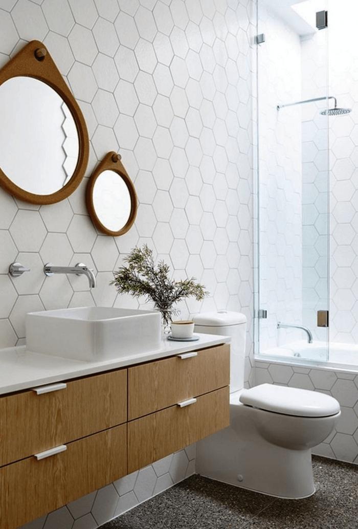 carrelage mural blanc pour salle de bain avec baignoire et meuble en bois pour vasque lavabo design style déco scandinave rétro
