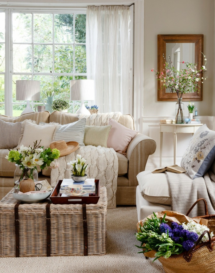 panier tressé, console blanche, bocal en verre, bouquet de fleurs délicates, porte-fenêtre, miroir encadré, sofa couleur crème