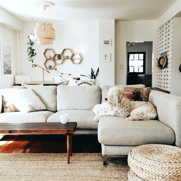 tapis en jute, banquette bois foncé, plafonnier léger, coussins ronds tressés, étagère cire d'abeille, peinture blanche