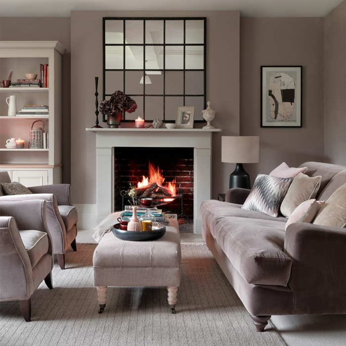 salle de séjour cosy en gris clair, cheminée blanche, feu allumé, miroir décoratif style atelier, étagère avec ustensiles