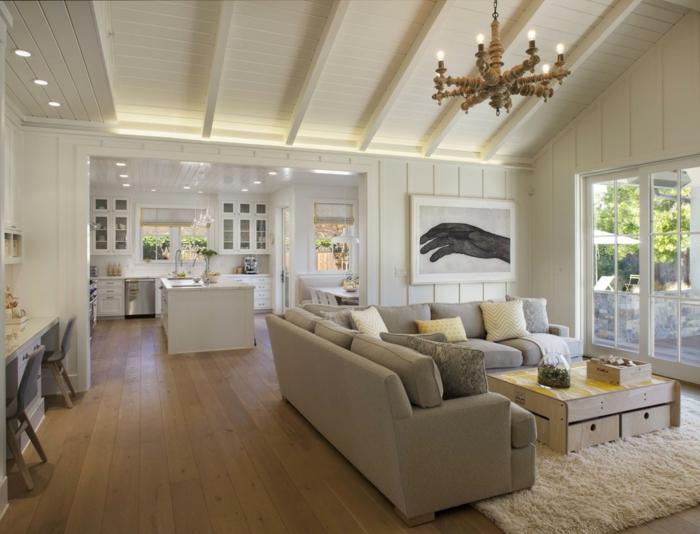 salon deco campagne chic, chandelier rustique, sofa gris, tapis moelleux beige, plafond lattes blanches
