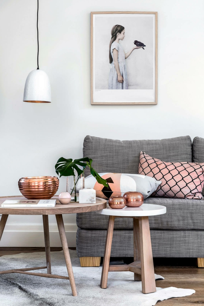 plafonnier blanc, tables gigognes, objets cuivrés, coussins aux motifs gris et roses, peinture de fille