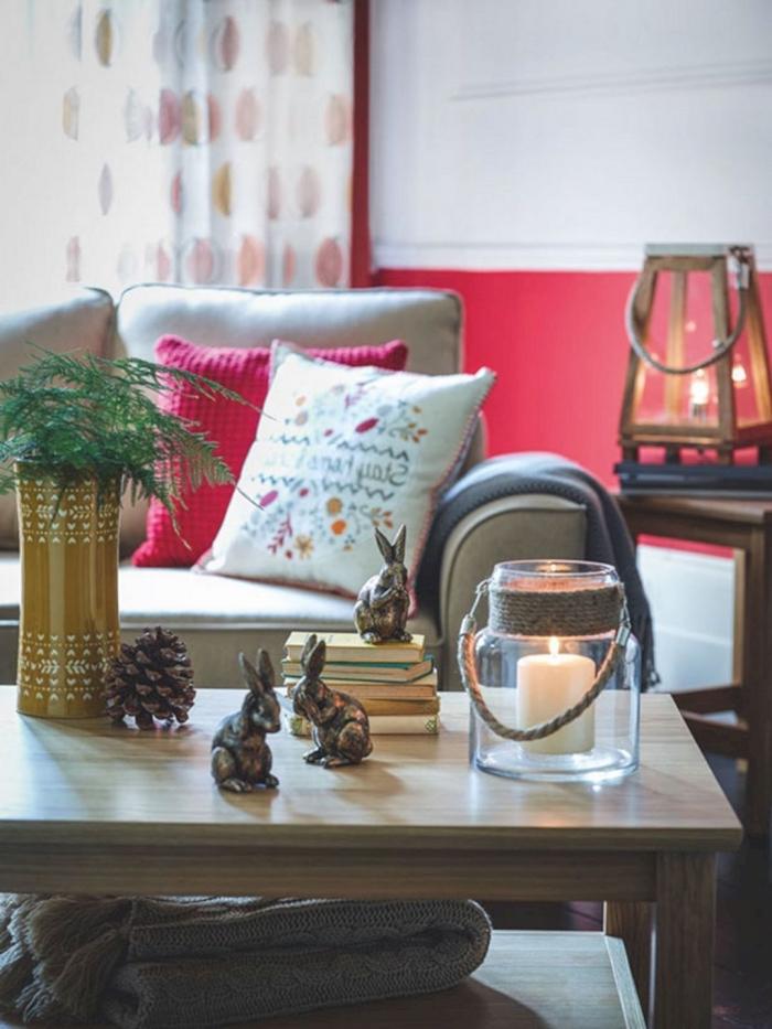 ce salon prend un air de fête grâce à la déco table basse de petits objets personnels et d'un joli porte-bougie en verre