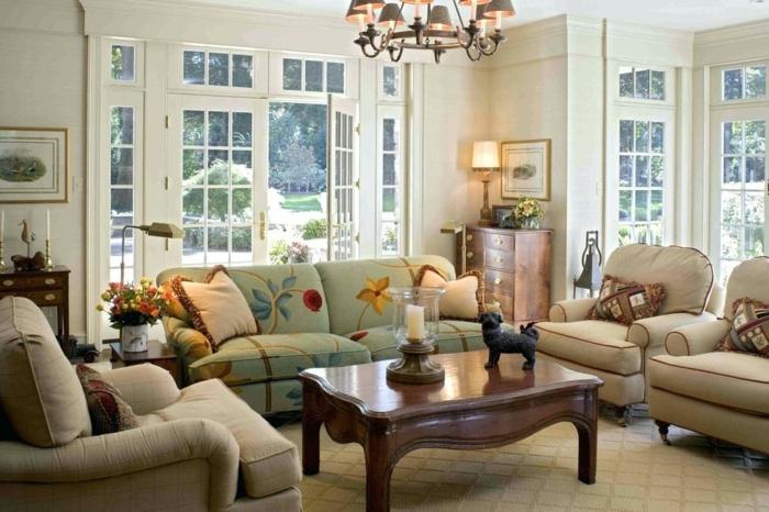 canapé et fauteuils vintage, table baroque en bois foncé, plafonnier baroque, fauteuils couleur taupe, porte-fenêtre, coussins traditionnels