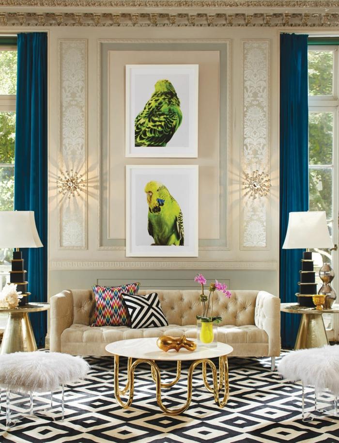 sofa couleur crème, table base ronde, piètement doré, peintures encadrés, perroquets verts, tables abat-jour