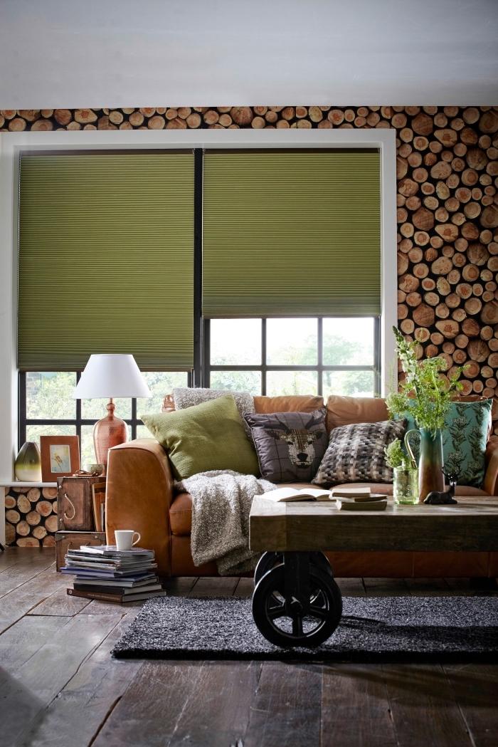 déco cocooning salon rustique chic inspirée de la nature, au mur recouvert de papier peint effet trompe-l'oeil imitation bois
