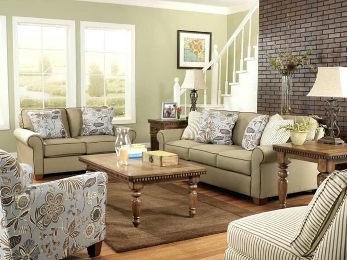 salon campagne chic, idee deco salon cosy, table de salon, fauteuils brocante, escalier blanc, mur briques noires, lampe ancienne