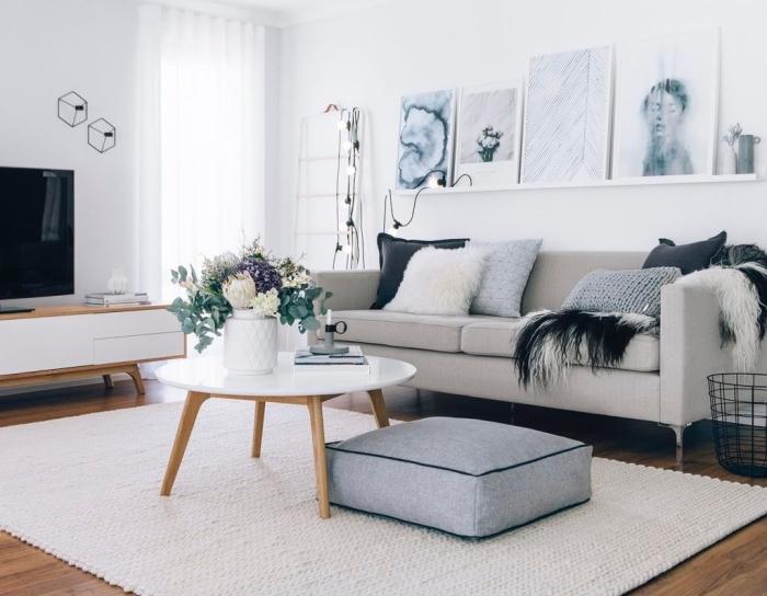 petit salon de style scandinave vintage avec un coin canapé cosy sublimé par une étagère de cadres photos