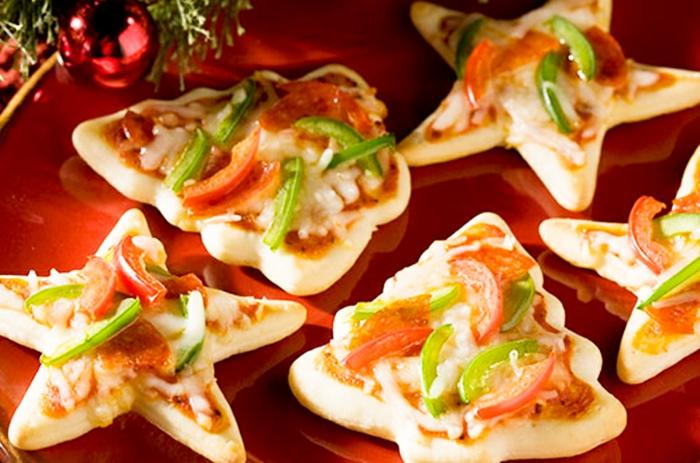 sapin de noel pizzettes, poivrons rouges, tomates, boule de noel, figures symboliques