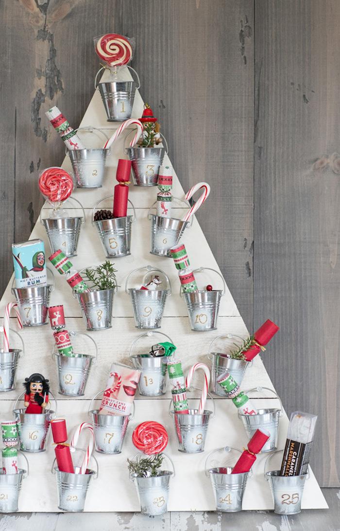 calendrier de l avent en sapin de planches de bois avec de petits seaux décoratifs remplis de petits cadeaux et gourmandises