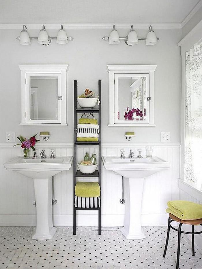 salle de bain rétro suédoise avec double lavabo vintage avec murs gris clairs et étagères à serviettes