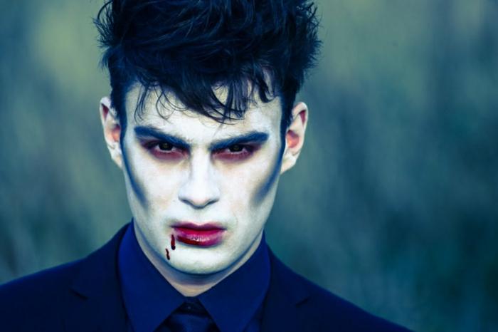 visage maquillé pour halloween simple et impressionnant, lèvres rouges, ombres noires sur les pommettes et autour des yeux
