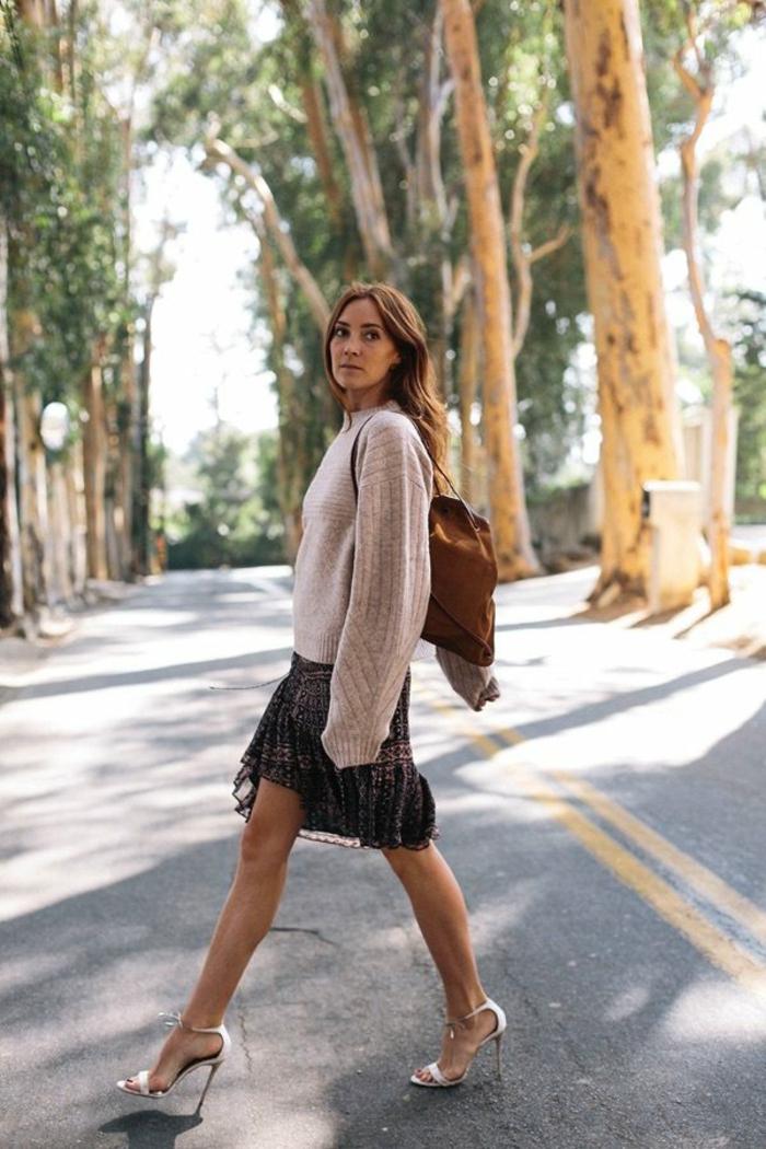 Jupe longue boheme chic idée de tenue hiver décontractée chic en hiver, pull et jupe avec sandales à talon, look automne 2018