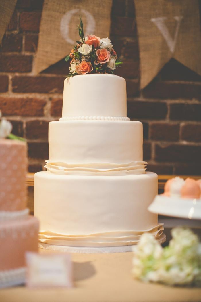 Gâteau de mariage 3 etages, simple gateau blanche couverte de pate a sucre avec perles de creme de beurre et bouquet de fleurs en top