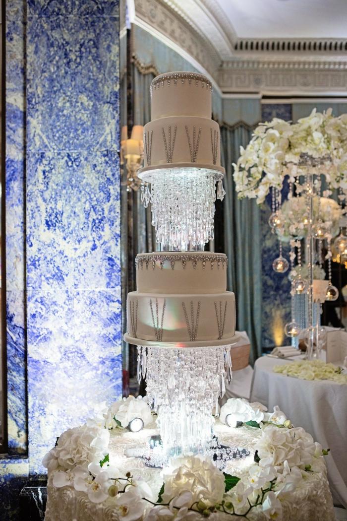 Géant gâteau original pour mariage luxueux, idée de gâteau a choisir pour son mariage thematique, blanc et argenté décorations