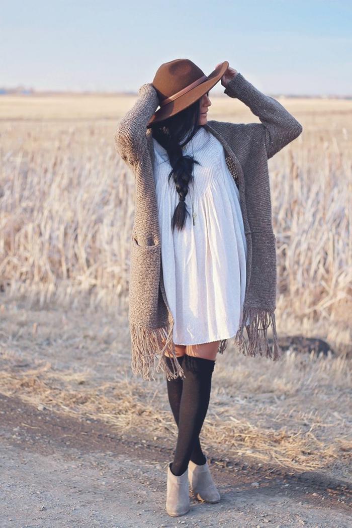 Gilet d hiver femme, look bohème chic avec robe d'été blanche et gilet à franges, ootd image photo femme