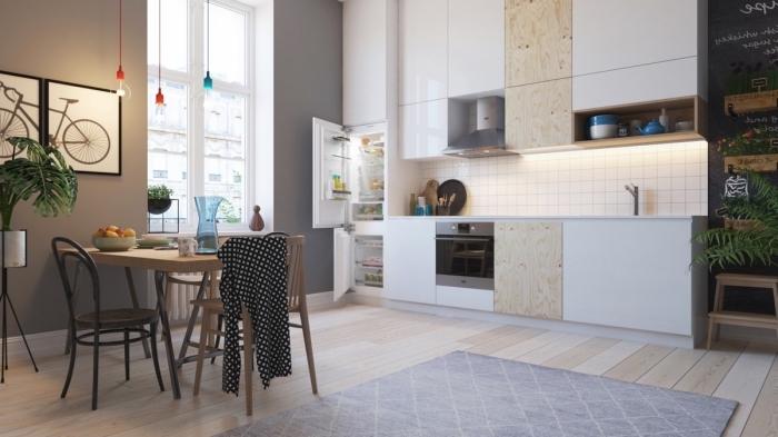 exemple de cuisine aménagée en longueur, modèle de cuisine blanche avec accents en bois et pan de mur en gris
