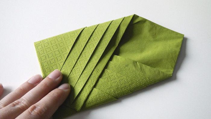pliage de serviette en papier vert pistache en forme de cravate avec pochette, decoration simple et originale pour mariage et autres occasions