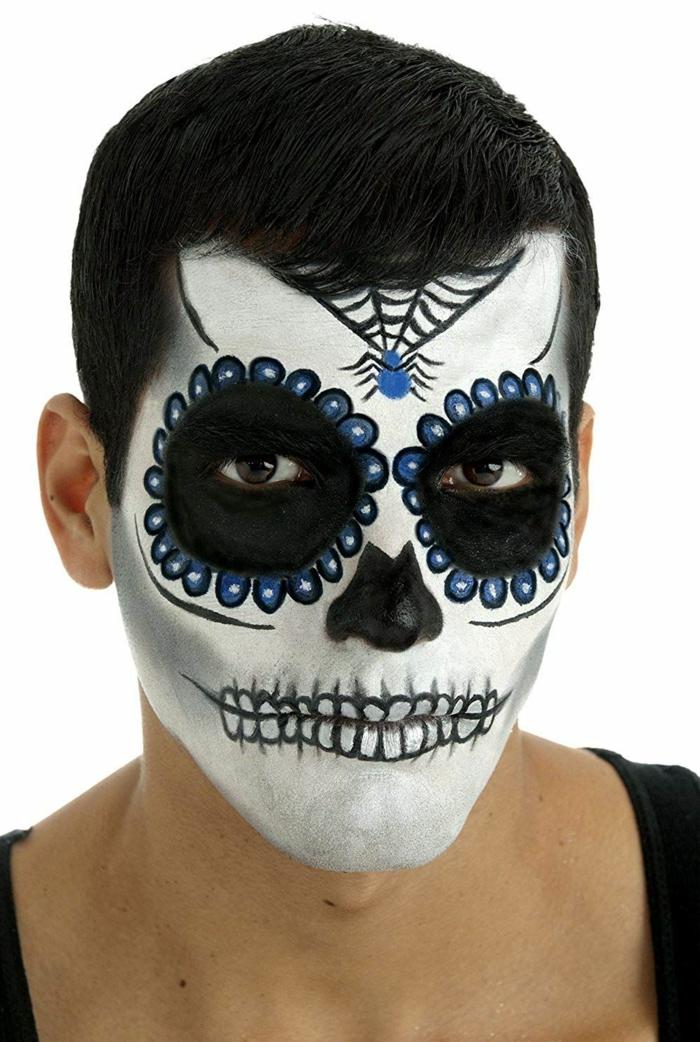 maquillage crâne de sucre mexicain, dents de squelette aux cercles bleus festonnés, arraignée bleue et son toile d'arraignée