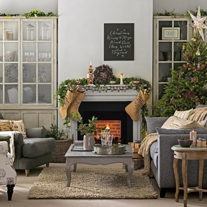 sofas gris, cheminée grise, table basse gris, formes baroques, vitrines, panier shabby, sapin de noel décoré